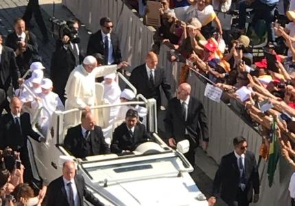 Papa Francesco saluta i partecipanti